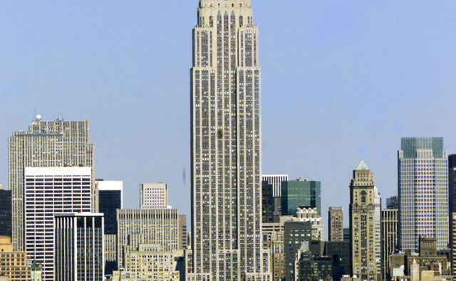 reut EMPIRE STATE BUILDING LOOMS OVER NEW YORK