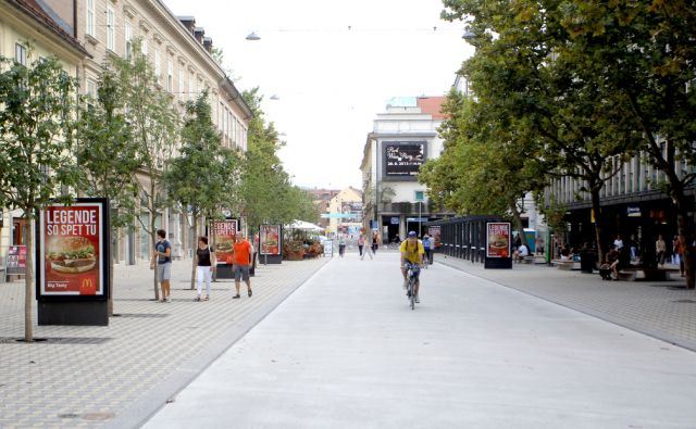 Slovenska cesta,reklamni panoji,Ljubljana Slovenija 17.08.2015 (Ljudje,ulica,cesta)