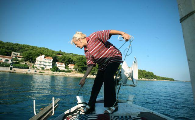Zala Cukrov med ribolovom. Notranjka se je pri devetnajstih poročila in preselila na otok Zlarin pri Šibeniku, kjer je med drugim opravljala tudi ribiški poklic. Zlarin, 17.julija, 2013.
