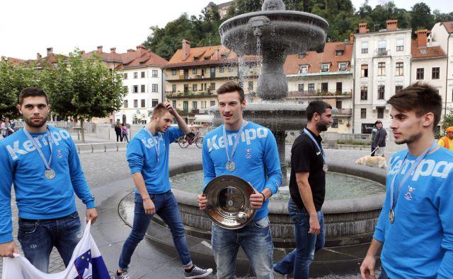 Sprejem za slovensko rokometno reprezentanco (U19) ki je na svetovnem kadetskem prvenstvu v Rusiji osvojila srebrno kolajno. Ljubljana 21. avgust 2015. [rokomet,reprezentance,Rusija,kolajne]