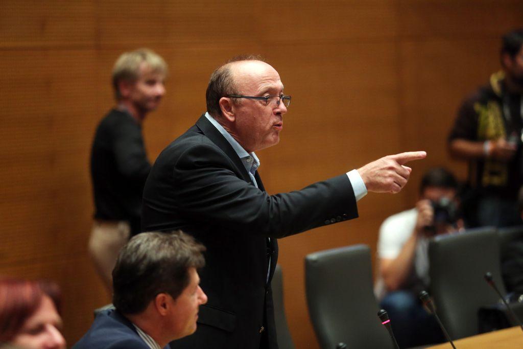 Ko poslanec Gorenak zastavlja vprašanje premieru, si pripelje publiko v parlament