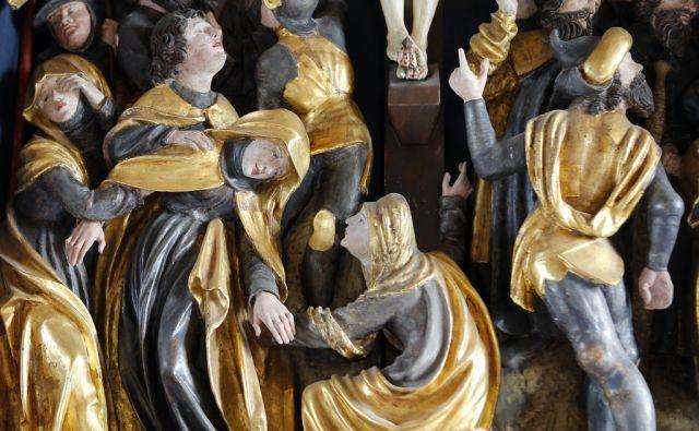 Cerkev sv. Križa v Goriških brdih, ki ima 500 let star gotski krilni oltar . Kojsko 16.9. 2015.[kraji,cerkve,stavbe,cerkev sv. križa,gotski oltarji,Kojsko,religija]