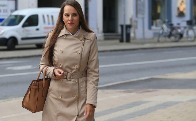 BAH Astrid prihaja na sodišče, 1.10.2015, Maribor [Astrid Bah, sojenje, sodišča]