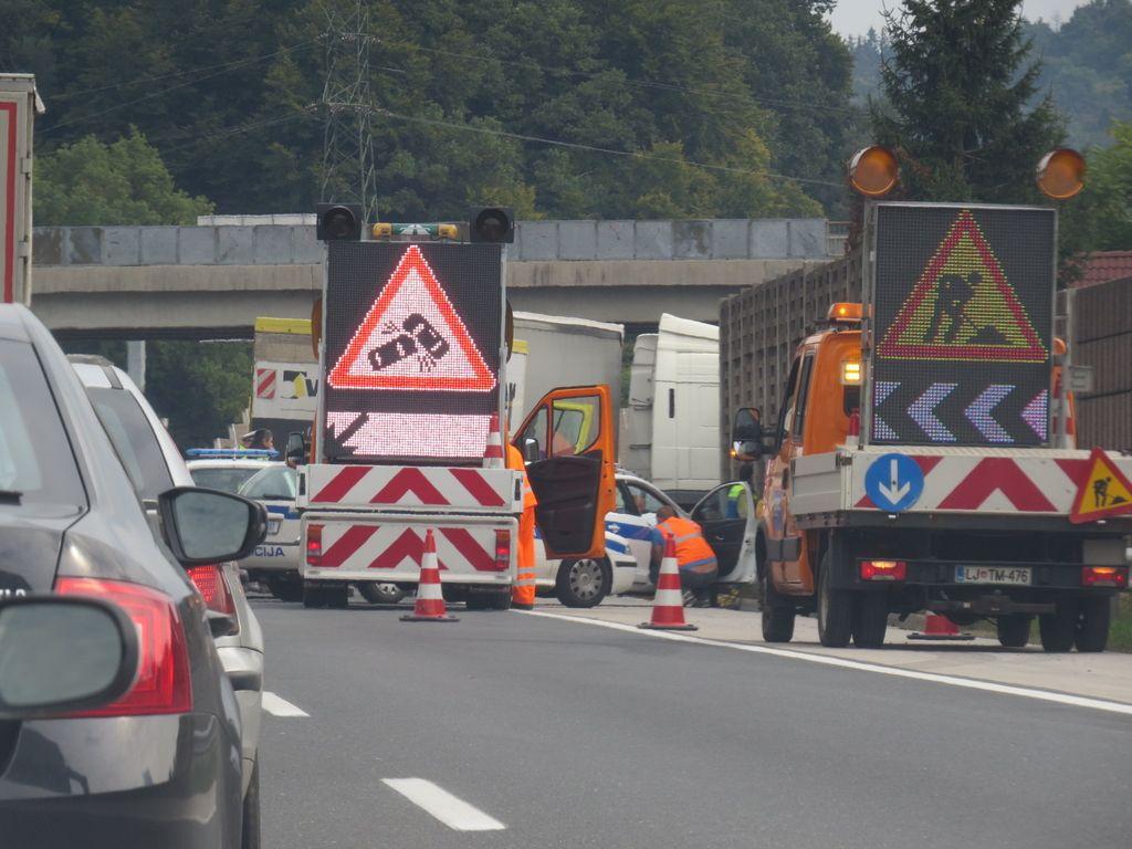 Zaradi vožnje v nasprotno smer na dolenjski avtocesti umrla ena oseba