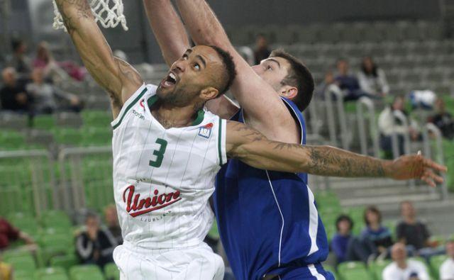 Union Olimpija Ljubljana - Sutjeska Nikšić.Napad igralca Olimpije Zack Wright-a. V Ljubljani 7.10.2015[košarka,Liga ABA]