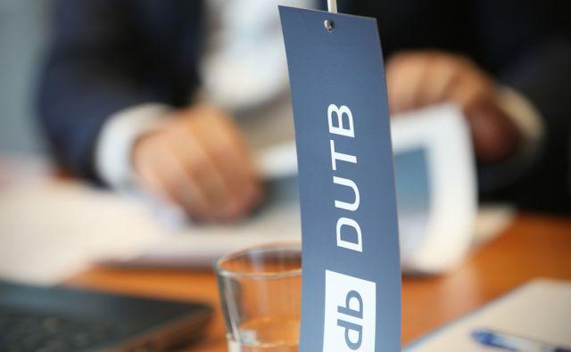 Zastavica na novinarski konferenci Družbe za upravljanje bank - DUTB v Ljubljani, Slovenija, 21.avgusta 2015. [DUTB,novinarske konference, poslovneži,banke,poslovanje,finančni trgi]