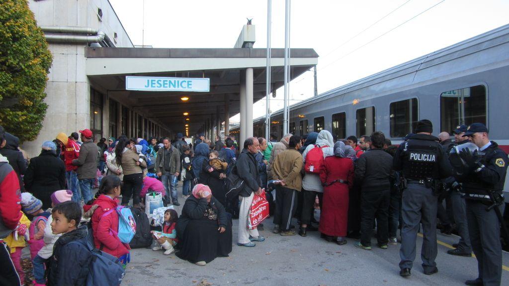 Sto petdeset beguncev obtičalo na Jesenicah