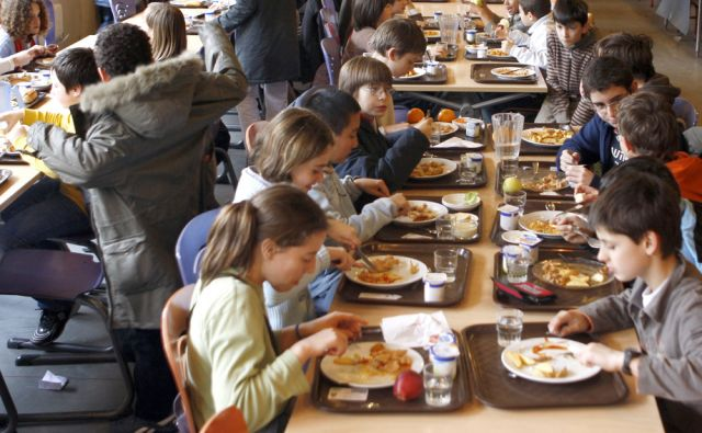 View of a canteen as children have school meals in a school in Vincennes, near Paris, March 26, 2009.  REUTERS/Charles Platiau (FRANCE EDUCATION FOOD DRINK) - RTXD9RX