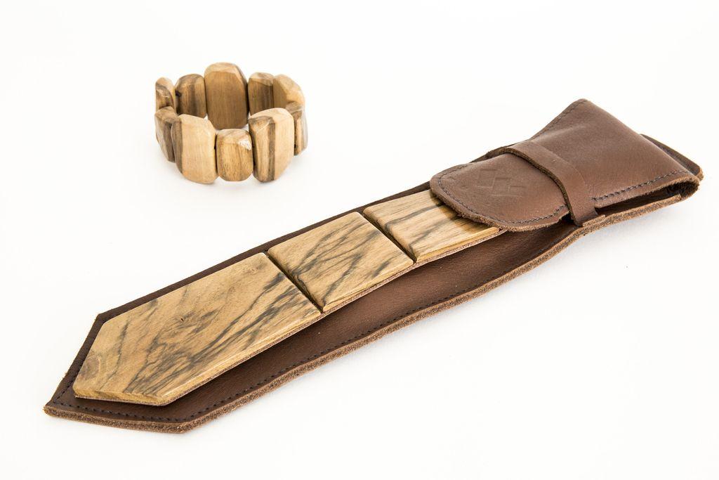 Zanj kravata, zanjo zapestnica. Lesena.