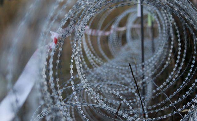 Žičnata ograja na mejnem prehodu Dragonja, 16. decembra 2015 [žičnata ograja,Dragonja,mejni prehod]