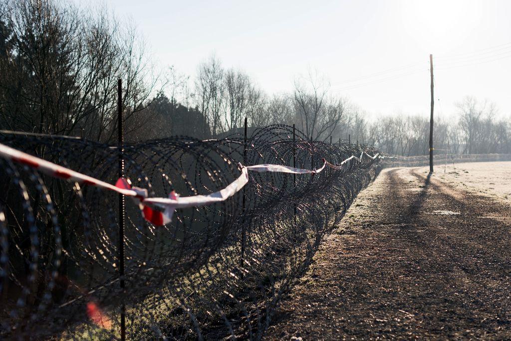 Vladi očitajo netransparenten nakup ograje na meji