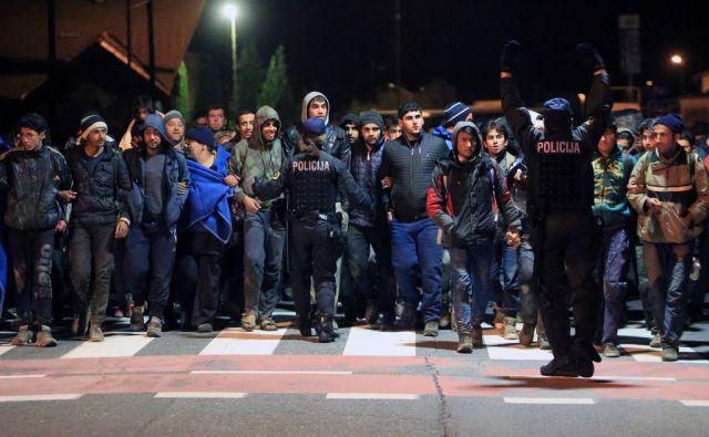 Begunci na poti v zbirni center na mejnem prehodu Šentilj, 20.10.2015, Šentilj [begunci, begunska kriza]