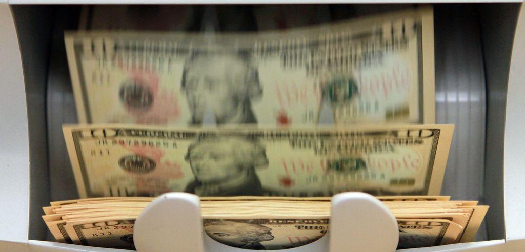 Na valu močnega dolarja