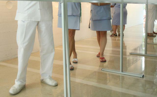 15.8.2009 Ljubljana, Slovenija. Zdravstveni delavci v avli Univerzitetnega klinicnega centra - UKC, v Ljubljani.FOTO:JURE ERZEN/Delo