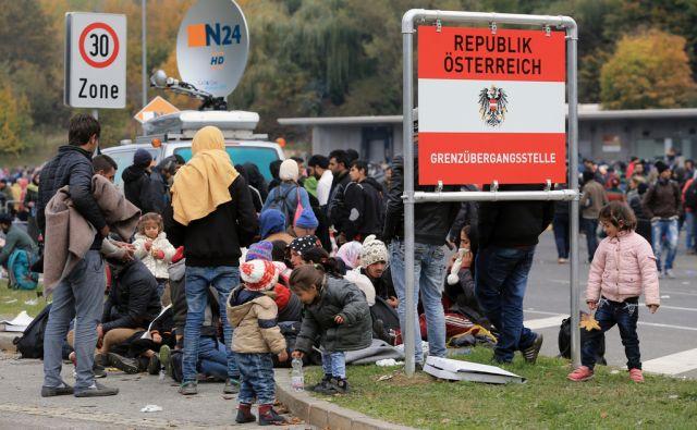 Okoli 5.000 beguncev je zjutraj prispelo v Avstrijski zbirni center, 23.10.2015, Šentilj [begunci, begunska kriza]