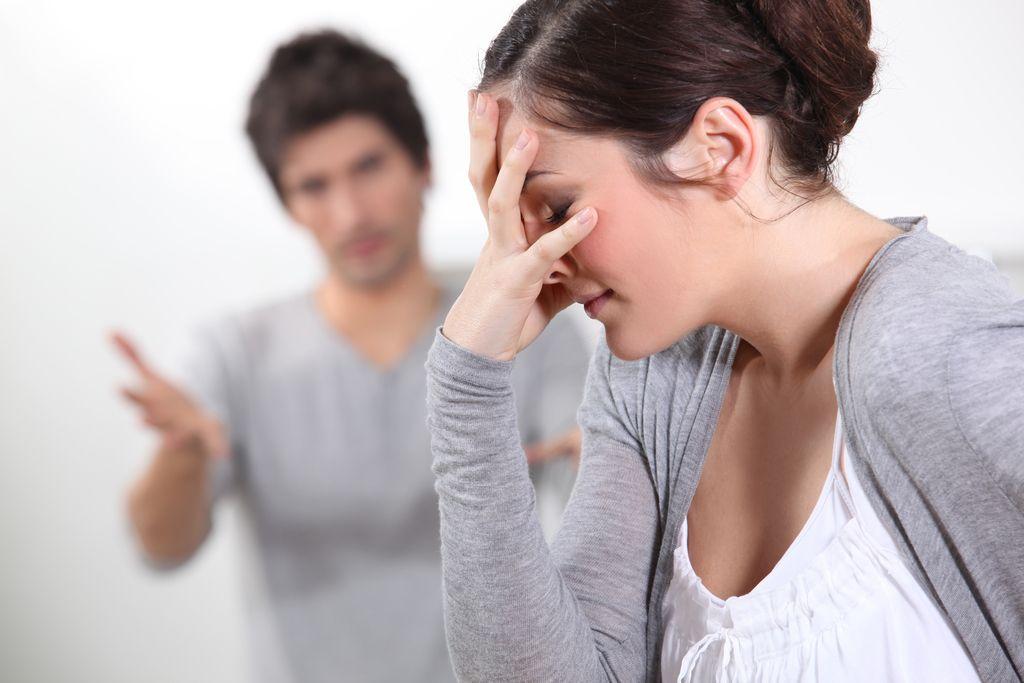 Nedelova svetovalnica: Partner me čustveno izsiljuje