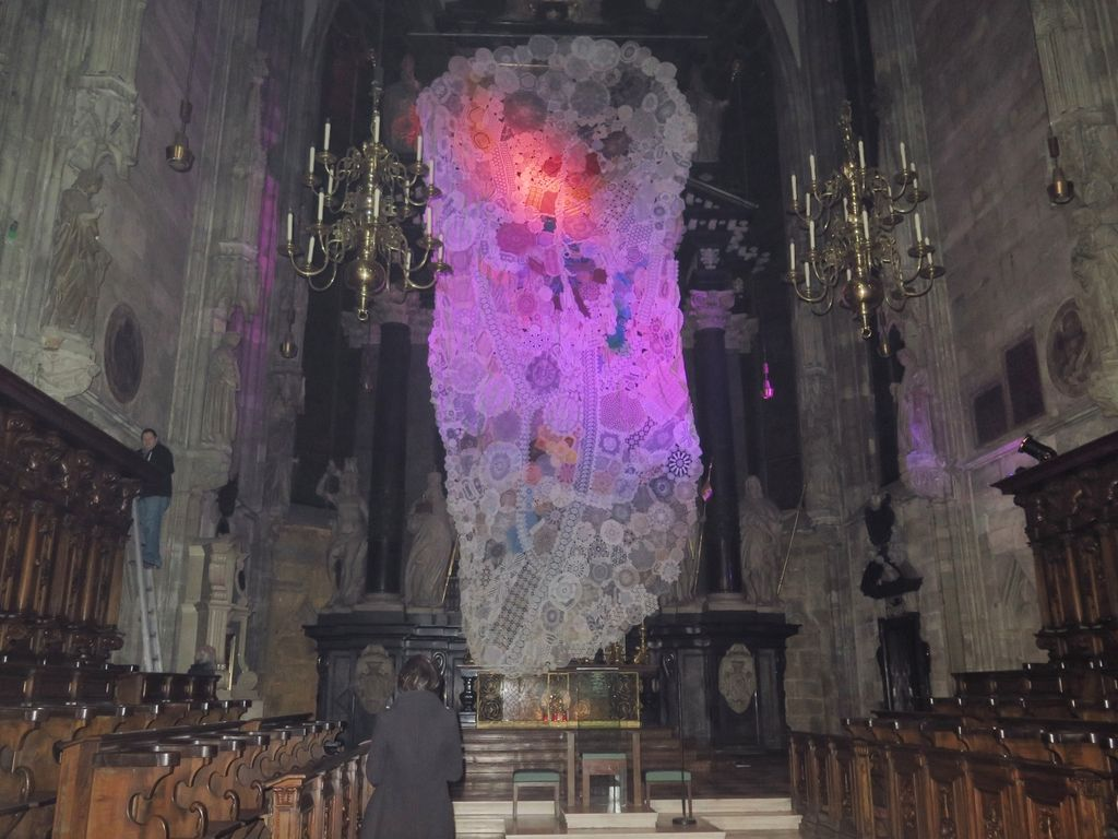 Kolektivno srce iz čipk Eve Petrič v dunajski katedrali sv. Štefana
