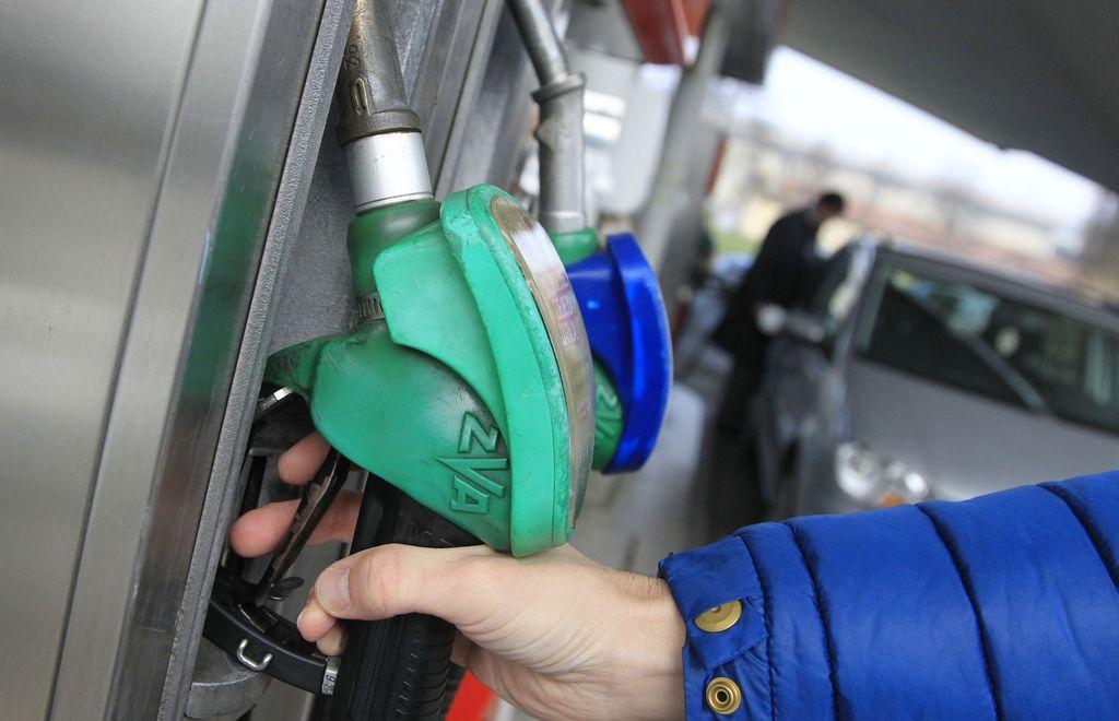 Za praznike cenejše gorivo