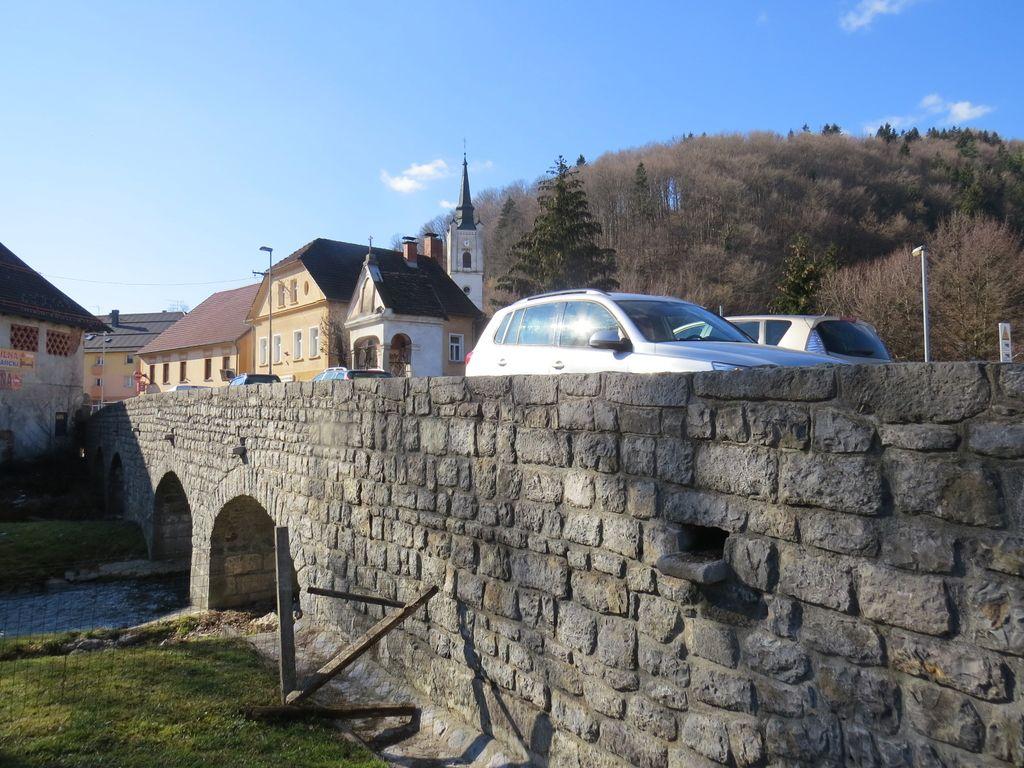 Most zgrajen za kočije, ne za težke tovornjake