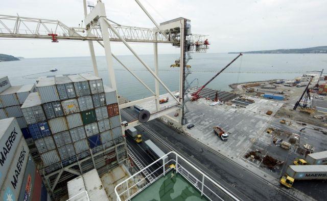 Pristanek do sedaj največje kontejnerske ladije Cendrillon v Koperskem pristanišču.Izgradnja podaljška prvega pomola. V Kopru 26.5.2014