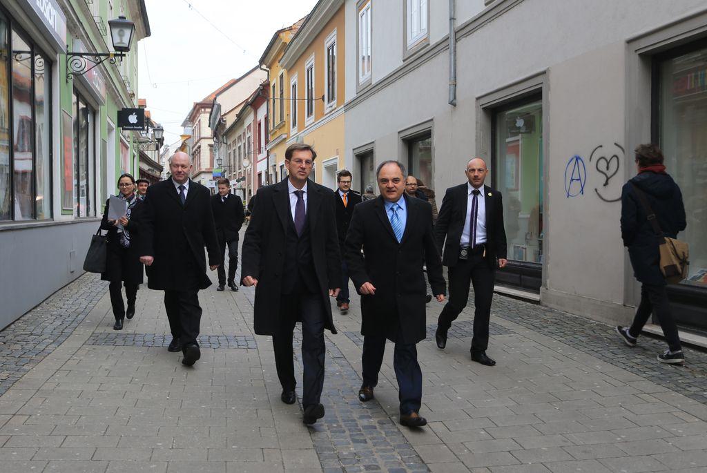 Slovenija od danes znova izvaja schengen