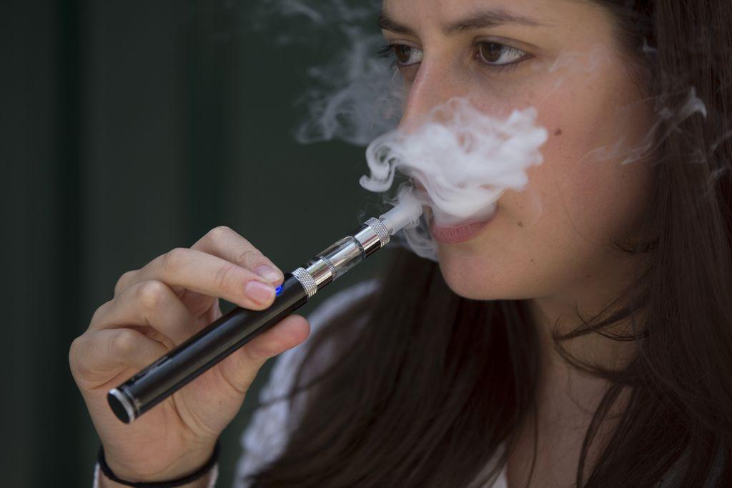Še ostreje proti tobaku, prodaja e-cigaret omejena