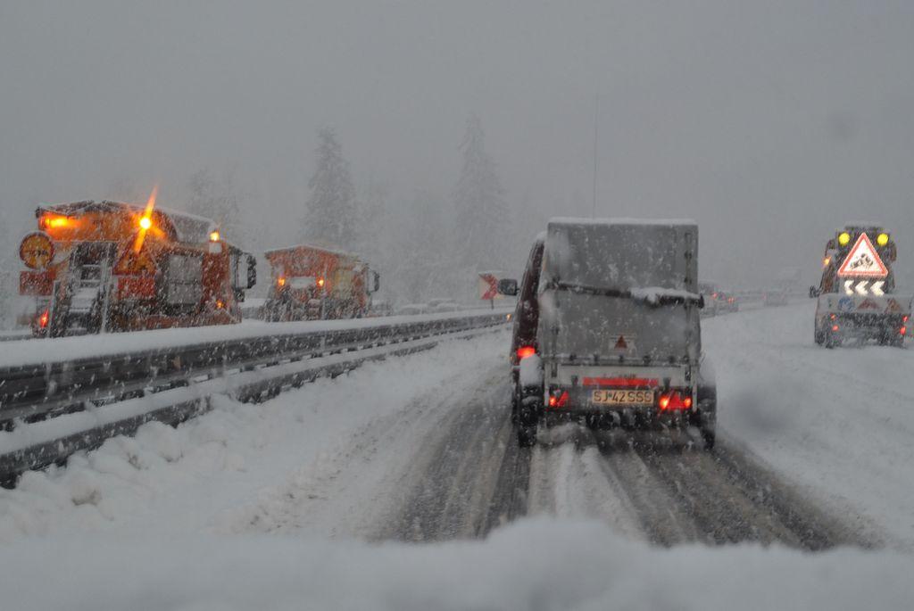 Sneg povzročil kup nevšečnosti
