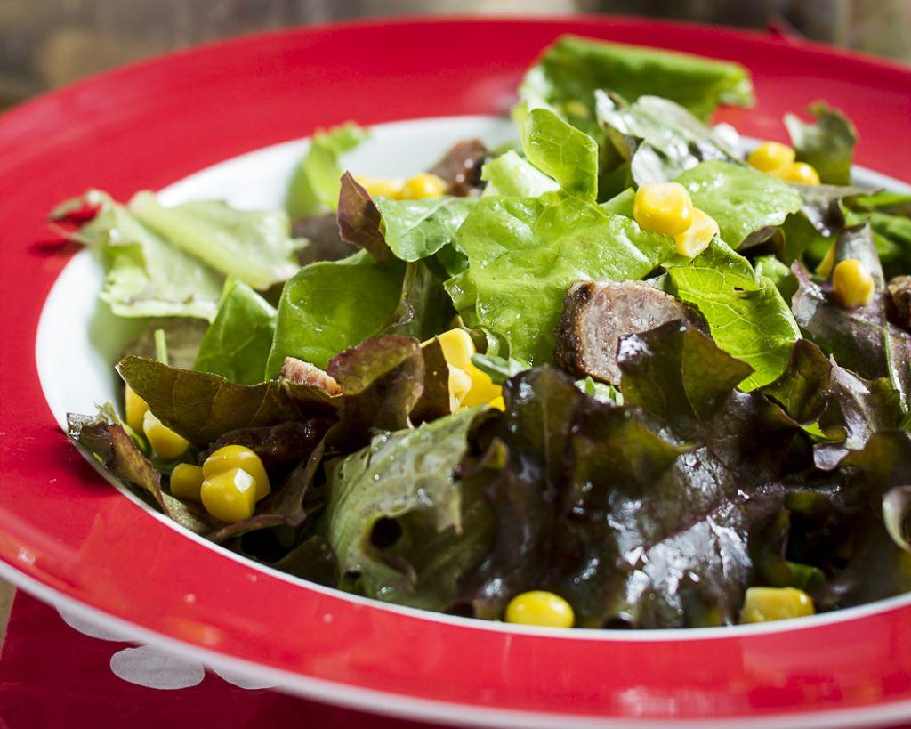 Torkov namig za kosilo: Pisana solata s čevapčiči in koruzo