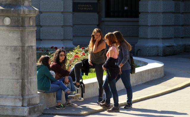 Študentke pred univerzo 11.septembra 2015 [Ljubljana,Kongresni trg,študentje,univerze,Univerza v Ljubljani]