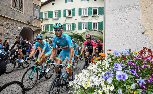 Italian rider Vincenzo Nibali of Astana Pro team at the start of the 16th stage of the Giro d'Italia cycling race over 132km from Bressanone to Andalo, Italy, 24 May 2016.  ANSA/ALESSANDRO DI MEO