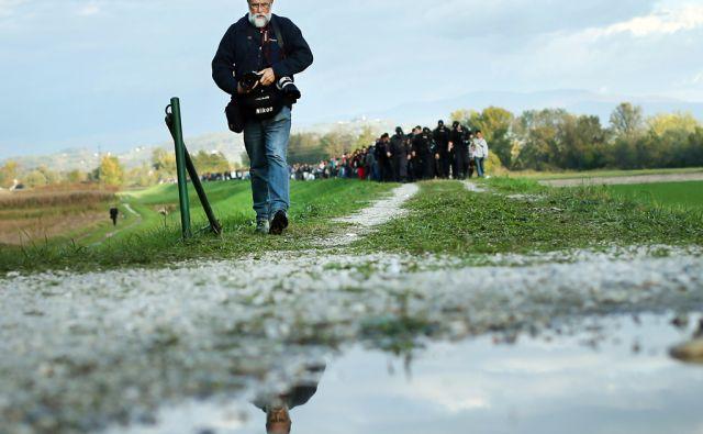 Fotoreporter Srdjan Živulović - Žiga spremlja kolono beguncev na poti iz Rigonc v nastanitveni center v Brežicah. Brežice, Slovenija 20.oktobra 2015