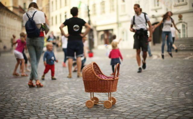 Motiv z Mestnega trga v Ljubljani, Slovenija 16.junija 2016. [otroci,starši,otroški vozički,igrače,otroška igra,zabava,razposajenost,prosti čas,Mestni trg,Stara Ljubljana,motivi]