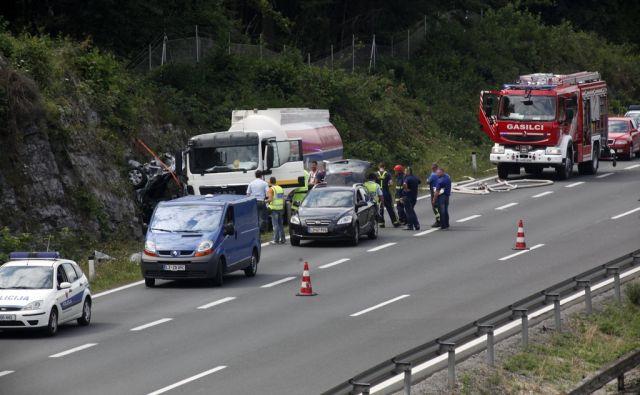 Huda nesreča na cestnm odseku Lom (Logatec) in  cestninsko postajo Unec v smeri proti morju. Na Lomu 13.7.2015