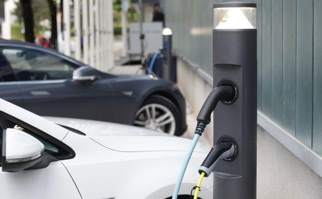 Kolektor predal prvi dve polnilni mesti za električne avtomobile v Idriji, 16. maja 2016 [Kolektor,električna vozila,polnilnice,elektrika,Idrija,avtomobili]