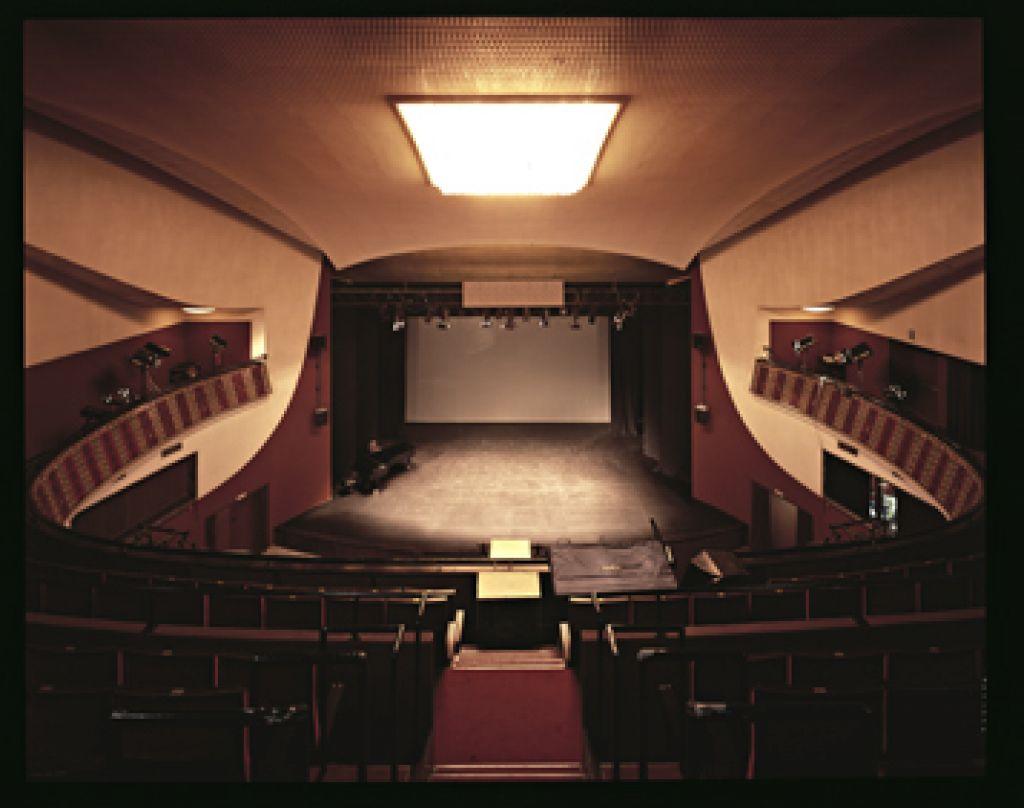 O težavah regionalnih gledališč
