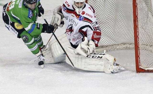 Hdd Olimpija - HDD Sij Acroni Jesenice. Napad  ( Olimpija ) Ropret Anžeta. V Ljubljani 28.3.2016[hokej.prvenstvo]
