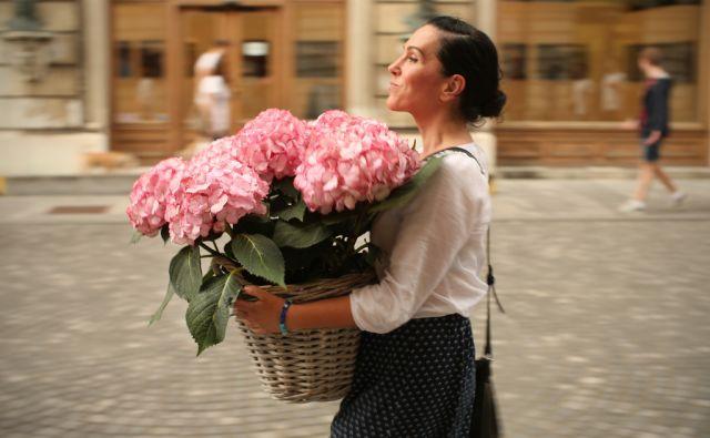 Ženska z rožami na Stritarjevi ulici v Ljubljani, Slovenija 16.junija 2016. [ženske,rože,pomlad,obdarovanja,Stara Ljubljana,motivi]