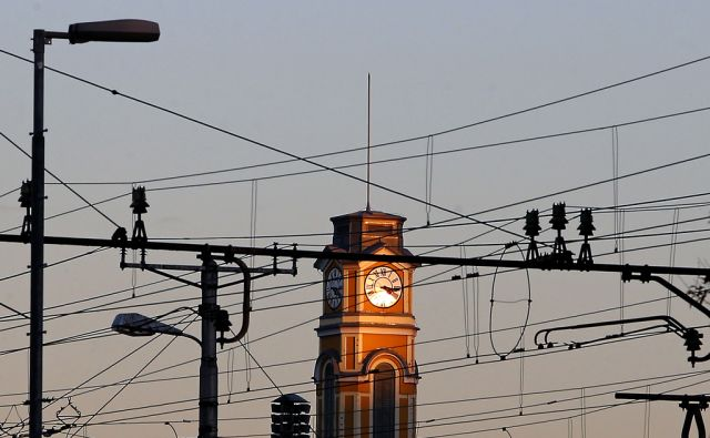 Ura,električni vodi. Ljubljana, 9. november, 2015.[ure,vodi,elektrika,infrastruktura]