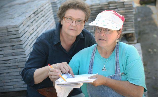 Svetovalka za likovno umetnost Andreja Koblar Perko (L) in Alenka Vidrgar, akademska kiparka specialistka, ki tu deluje kot mentorica. Kiparska delavnica Kamen, kjer amaterski kiparji svobodno a zavzeto ustvarjajo. Lesno Brdo pri Vrhniki, Slovenija