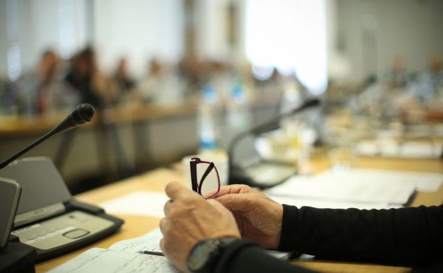 Seja Programskega sveta, kjer se niso mogli izogniti zadevi o imenovanju generalnega direktorja RTV SLO. Ljubljana, Slovenija 9.maja 2016 [RTV Slovenija,seje,Programski svet RTV SLO,očala,roke,omizja,mikrofoni,sestanki]