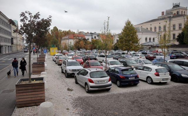 Parkirišče Šumi 19.oktobra 2016 [Ljubljana,parkirišča,Šumi,avtomobili,parkiranje,promet]