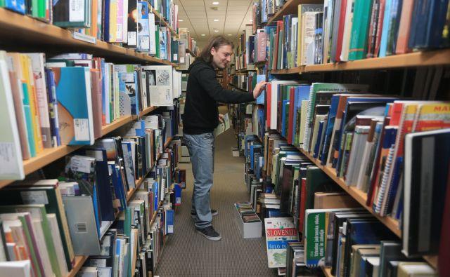 Zaradi prostorske stiske so knjige v Mariborski knjižnici zložene tudi na okenske police in na tla, 6.5.2016, Maribor [mariborska knjižnica, knjige]