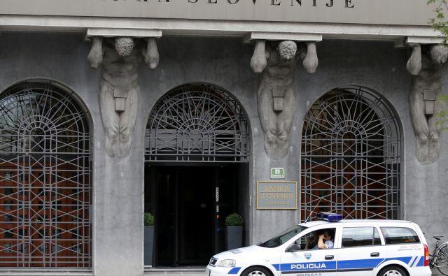 Policijska patrulja pred zgradbo Banke Slovenije. Ljubljana 3. avgust 2015. [Banka Slovenije policija]