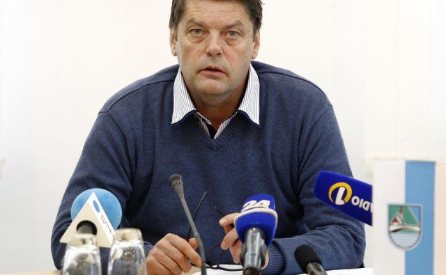 Župan Bohinja Franc Kramar na novinarski konferenci ob rušenju črne gradnje Darka Kuzmiča v Bohinju 7. novembra 2013.