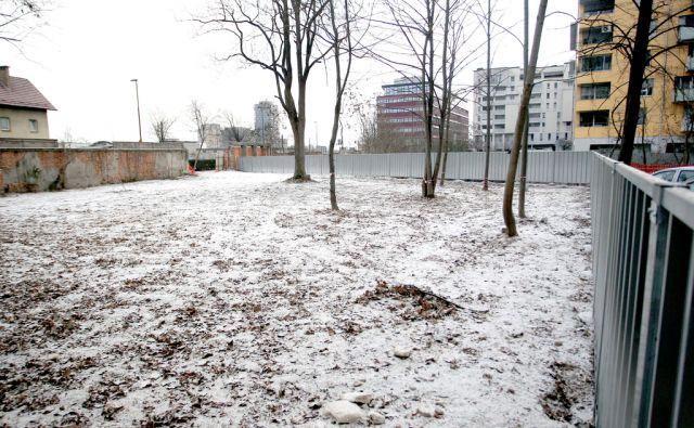 Parcela ob Masarikovy cesti namenjena za gradnjo,Ljubljana Slovenija 10.01.2017 [Gradbišče,parcela v mestu]