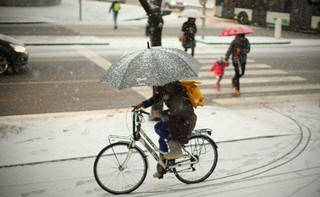 Dolgo pričakovano sneženje. Ljubljana, Slovenija 13.januarja 2017. [sneg,sneženje,vreme,zima,dežniki,pešci,kolesarji,promet,Ljubljana,]
