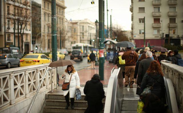 Motiv z ene od večjih atenskih ulic. Atene, Grčija 18.januarja 2017. [ulice,pešci,ljudje,mestni utrip,stopnice,stavbe]
