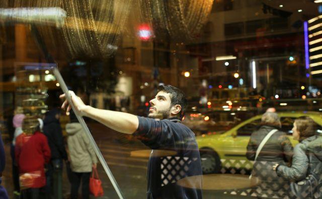 Spiros Kele je star 25 let in zaposlen v očetovem podjetju za čiščenje izložb in steklenih površin. Atene, Grčija 18.januarja 2017. [čiščenje stekel,delavci,delo,brezposelnost,mladi,izložbe trgovin,ulice]