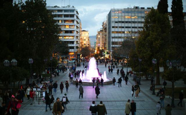 Motiv z glavnega atenskega trga Sintagma, pred grškim parlamentom. Atene, Grčija 18.januarja 2017. [ljudje,trgi,Sintagma,skupine ljudi,vodnjaki]