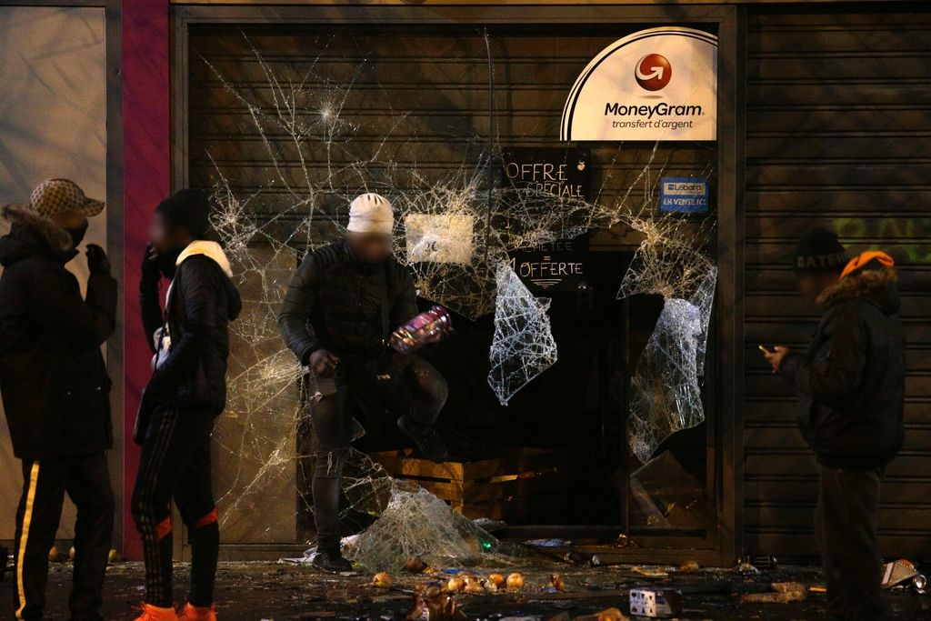Zaradi domnevnega posilstva med aretacijo tudi sinoči vrelo v predmestju Pariza